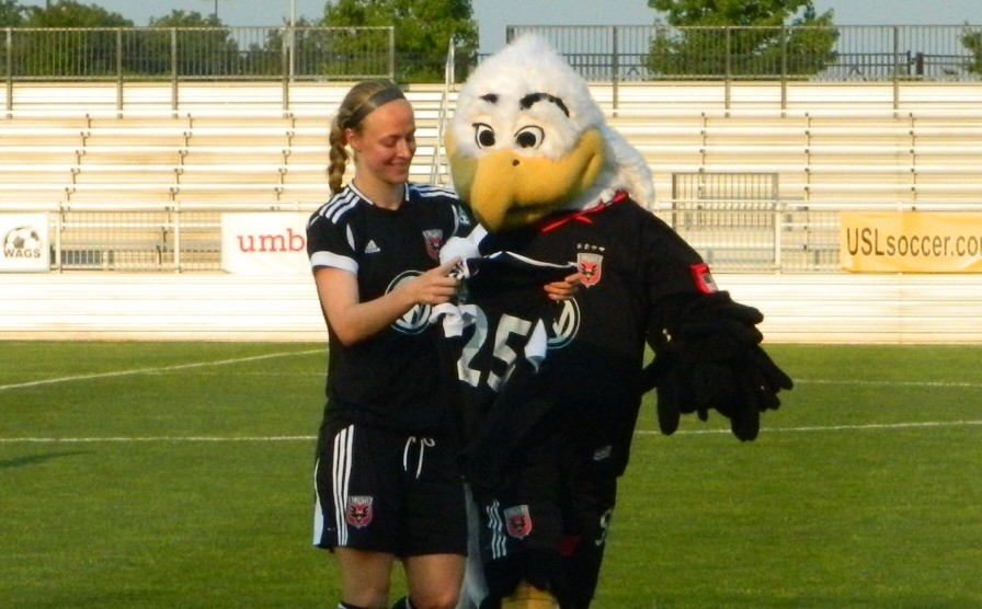 Becky Sauerbrunn received a signed jersey from her teammates before Saturday's match.