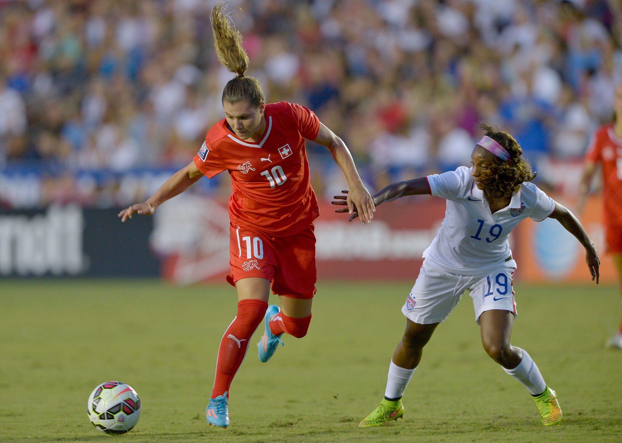 Crystal Dunn (right) will miss World Cup qualifying with a sprained right MCL. (Getty Images)