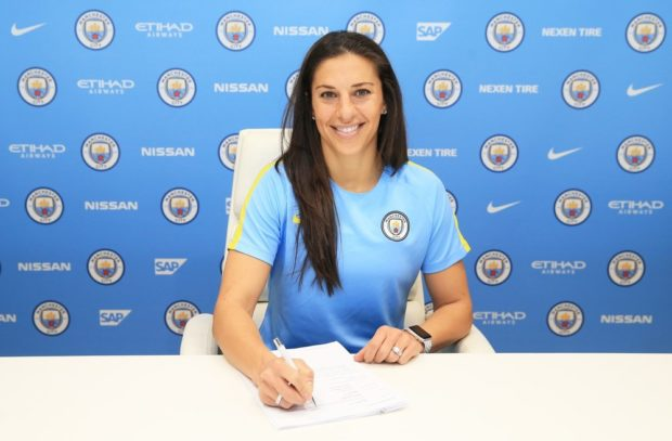 Carli Lloyd puts pen to paper on a new contract to play for Manchester City Women (photo: Manchester City)