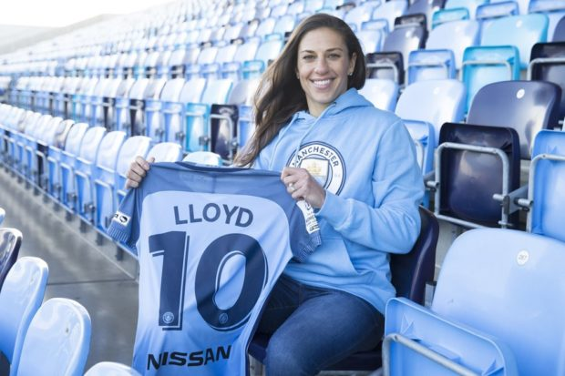 Carli Lloyd shows off her new Manchester City jersey (photo: Manchester City)