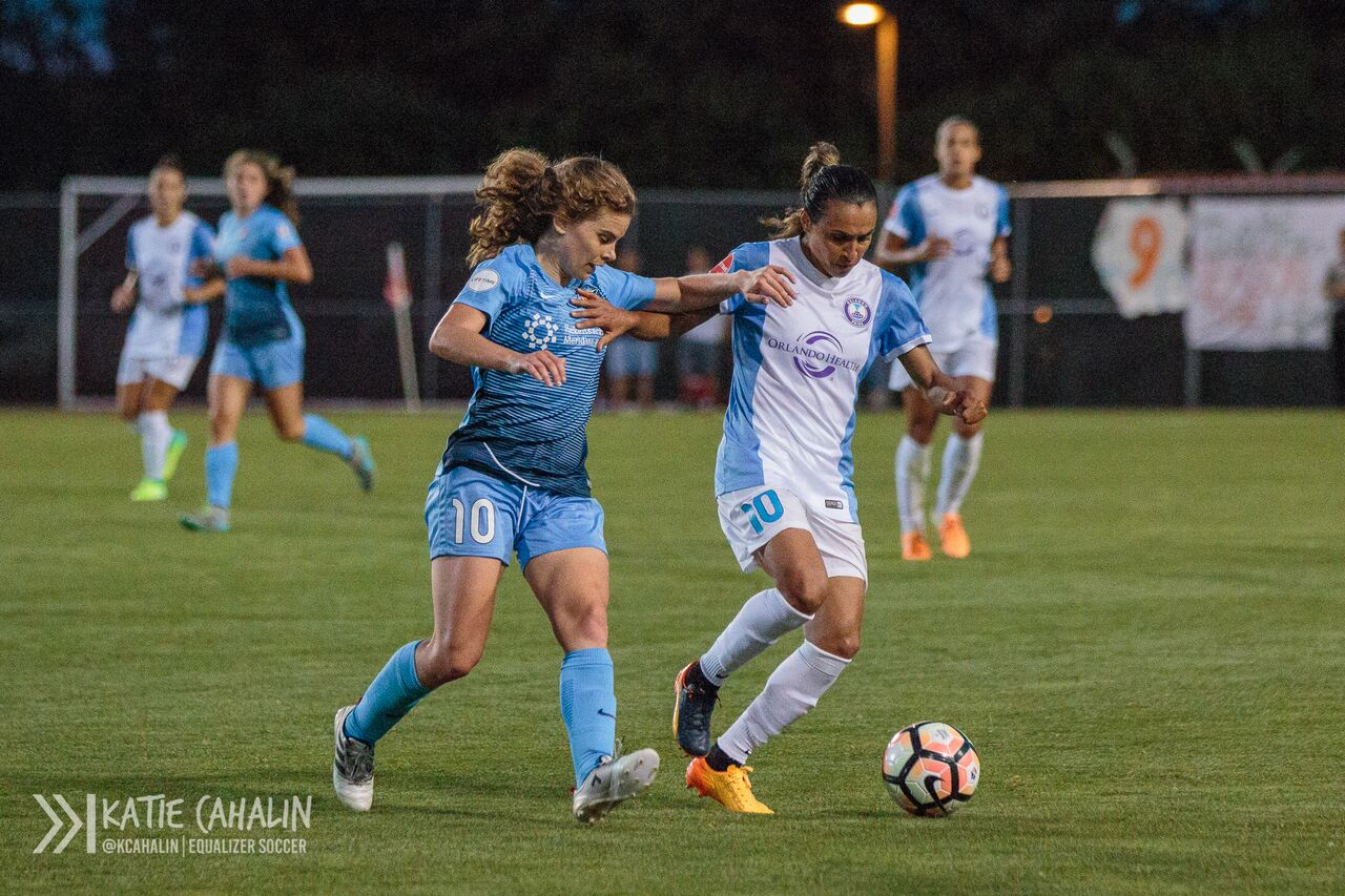 Marta holds off Daphne Corboz. (photo copyright Katie Cahalin for The Equalizer)