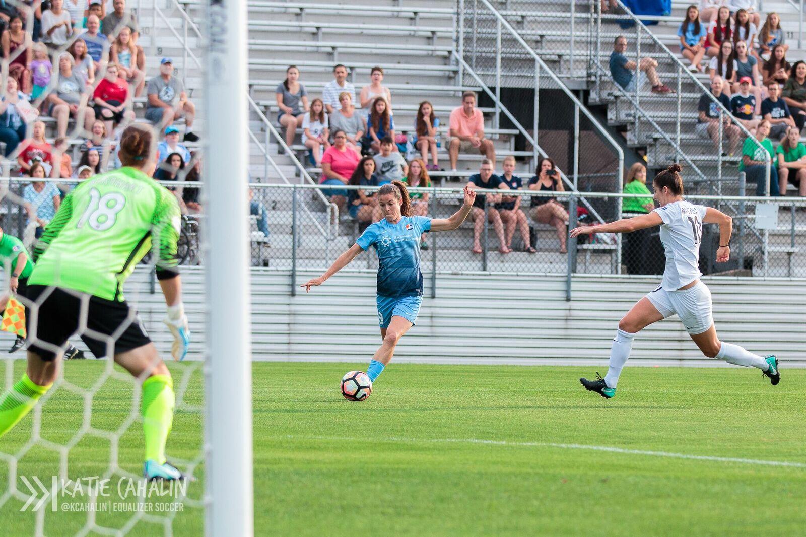 Kelley O'Hara pushing forward against FC Kansas City (photo copyright Katie Cahalin for The Equalizer)